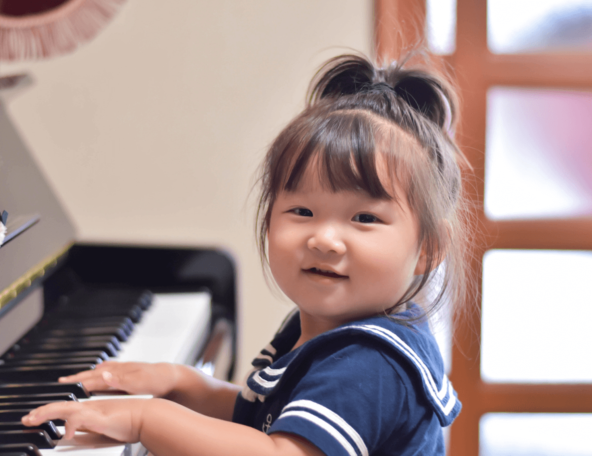 ピアノを引いている女の子