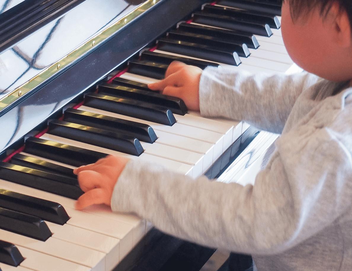 ピアノを引いている男の子